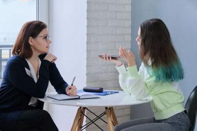 Deux femmes discutant